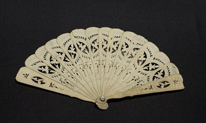 Brise Hand Fan. E.M. Violette Museum Collection.  |